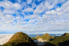 La montagne et les nuages blancs Photos stock