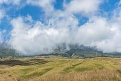 La montagne et la savane mettent en place avec le bas nuage au-dessus de la colline Montagne de Rinjani, île de Lombok, Indonésie Photos libres de droits