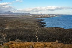 La montagne jaune sur le rivage d'océan en Costa del Silencio, Ténérife Photos libres de droits