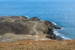 La montagne jaune sur le rivage d'océan en Costa del Silencio, Ténérife Image libre de droits