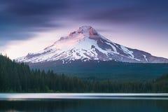 La montagne Mt de volcan Capot, en Or?gon, les Etats-Unis Au coucher du soleil avec la r?flexion sur l'eau du lac Trillium Belle  photographie stock libre de droits