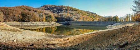 La montagne prend la couleur pendant l'automne Photos stock