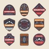 La montagne risque l'ensemble de label d'isolement par vintage illustration libre de droits