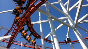 La montagne russe rouge dans le parc à thème Photographie stock libre de droits