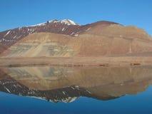 La montagne s'est reflétée dans le lac Image stock