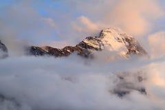 La montagne suisse Eiger en nuages et soleil de soirée Images stock