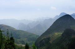 La montagne sur le pierre-plateau de Dong Van, Viet Nam Photographie stock libre de droits
