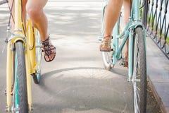 La monte et le voyage de femmes par la ville de vintage va à vélo Photographie stock libre de droits