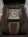 La montre-bracelet des femmes avec des pierres gemmes Photographie stock libre de droits