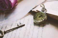 La montre de poche antique et la vieille clé de vintage avec le vintage modifient la tonalité Photographie stock