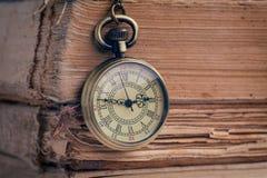 La montre de poche et les vieux livres photo stock