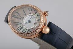 La montre des femmes, avec le chronographe, le bracelet en cuir noir, les diamants avec des chiffres gris de noir de cadran et le photographie stock