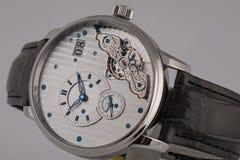 La montre des hommes avec le bracelet en cuir noir, cadran blanc, chiffres dans le sens horaire et romains bleus, chronographe, c photographie stock libre de droits