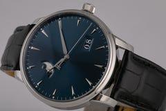 La montre des hommes avec le bracelet en cuir noir, cadran bleu, dans le corps argenté, chronographe, dans le sens horaire gris,  images stock