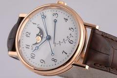 La montre des hommes avec le chronographe, chronomètre sur la courroie brune en cuir avec le cadran blanc, nombres noirs d'isolem photos stock