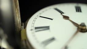La montre tourne la fin vers le haut du cadran d'une montre de poche Fond noir Son clips vidéos