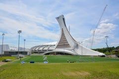 La Montreal el estadio Olímpico y torre Imagen de archivo libre de regalías