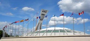 La Montreal el estadio Olímpico y torre Imágenes de archivo libres de regalías