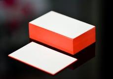 La moquerie blanche épaisse de carte de visite professionnelle de visite de papier de coton avec le rouge a peint des bords Calib Image libre de droits