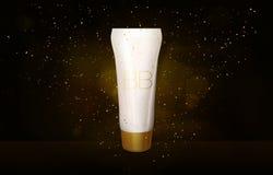 La moquerie crème de bouteille de BB dans le scintillement d'or sur le tube noir de base de fond dans des étincelles d'or miroite Images libres de droits