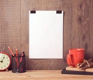 La moquerie d'affiche vers le haut du calibre accrochant sur le mur avec des affaires objecte Photos stock