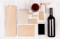 La moquerie d'identité d'entreprise pour l'industrie vinicole, emballage, papeterie, téléphone, verre à vin a placé avec le vin r Photo stock