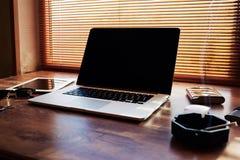 La moquerie du bureau d'homme d'affaires avec l'ordinateur portable portatif ouvert avec l'espace vide de copie pour le message t Image stock