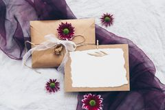La moquerie vers le haut de l'invitation de mariage de Papier d'emballage a placé avec la branche d'eucalyptus sur le fond de toi images stock