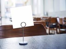 La moquerie vers le haut du papier se connectent le fond de café de restaurant de table Photographie stock libre de droits