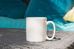 La moquerie vide blanche de tasse de café s'ajoutent jusqu'à conçoivent/citations en fonction du client Image stock