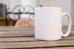 La moquerie vide blanche de tasse de café s'ajoutent jusqu'à conçoivent/citations en fonction du client Photos stock