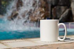 La moquerie vide blanche de tasse de café s'ajoutent jusqu'à conçoivent/citations en fonction du client Photographie stock libre de droits