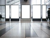 La moquerie vide vers le haut du media vertical réglé de bannière signent l'édifice public d'affichage de support photographie stock