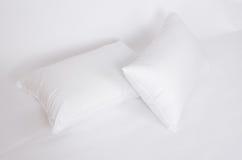 La morbidezza e l'igiene appoggiano le grande per la vostra camera da letto isolata su bianco fotografia stock