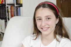 La morenita adolescente de la muchacha está mirando la cámara con sonrisa Fotos de archivo libres de regalías