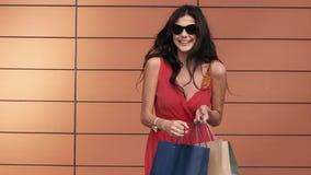 La morenita atractiva abre sus panieres y disfruta de las compras almacen de metraje de vídeo