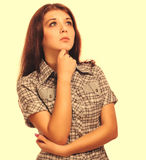 La morenita de la mujer de la muchacha muestra los pulgares del signo positivo sí, los pantalones cortos de la camisa Imagenes de archivo