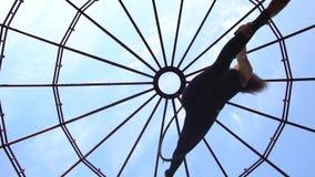 La morenita delgada en ropa de deportes hace una guita en el anillo, la visión inferior metrajes