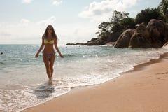 La morenita delgada joven va a la playa del mar Foto de archivo