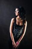 La morenita en camisa negra mira blando lejos. Muchacha del Swag. Imagen de archivo