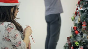 La morenita encantadora adorna el abeto con los dulces deliciosos metrajes