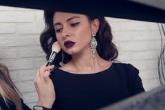 La morenita hace un maquillaje Foto de archivo