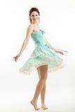 La morenita joven en ropa del estilo del vintage está bailando Imagenes de archivo