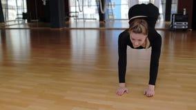 La morenita joven está practicando yoga anti de la gravedad en hamaca en club de deportes metrajes