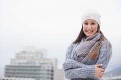 La morenita linda fría con invierno viste en la presentación Fotografía de archivo