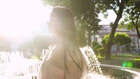 La morenita magnífica en gafas de sol toma el sol en rayos del sol almacen de video