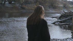 La morenita por el río durante las nevadas metrajes