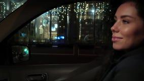La morenita rizada hermosa camina en un taxi y miradas en el espejo almacen de video