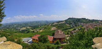 La Morra, La Morra, Cuneo, Piémont, Italie Juillet 2018 Dans le territoire du Langhe, la La Morra est un village sur un hilvillag photos stock