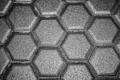 La mosaïque de carreaux de céramique faite de losanges gris, sans jointoyer, la maille-base et la colle est évidente Le concept d image stock